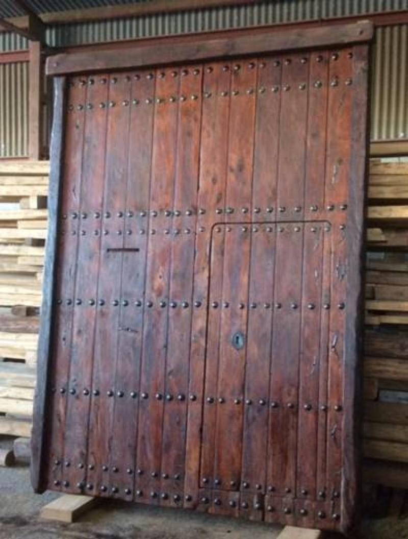 Portón de madera antiguo con puerta de paso. Mide 2.20 cm x 3 m. Puerta de paso mide 78 cm x 1.65 cm