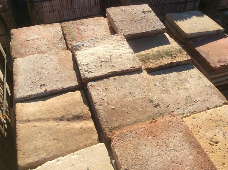 Losa de barro antigua. Mide 25x25x3,5 cm. Hay 199 Uds = 12,44 m2