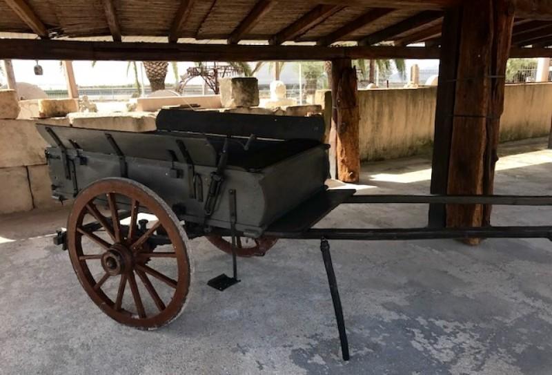 Carro para pony antiguo. Mide 2.90 cm x 1.25 cm x 1.17 cm de alto. Sus ruedas miden 90 cm de diámetro.