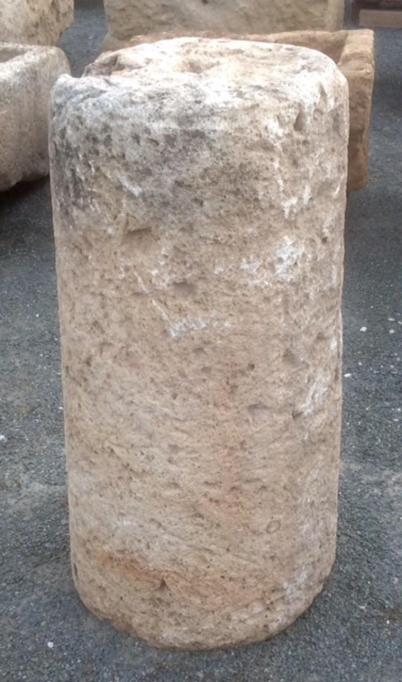 Rulo de piedra viva. Mide 40 cm de diámetro x 79 cm de alto.