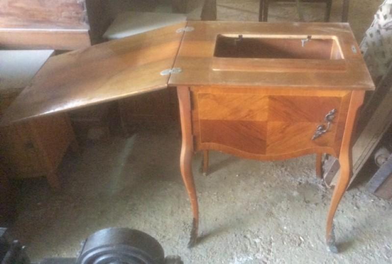 Mesa de madera de marqueteria, con tirador y decoraciones en bronce. Era un mueble de maquina de coser. Mide 60 cm x 47 cm x 80 cm de alto