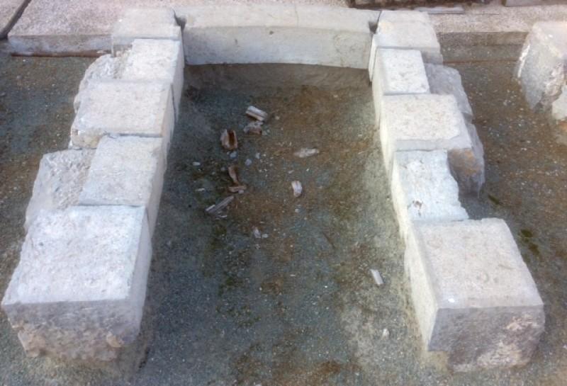 Arco de piedra antiguo, color gris, medida exterior, 1.50 cm x 1.85 cm de altura. Medida interior, 90 cm x 1.60 cm de altura