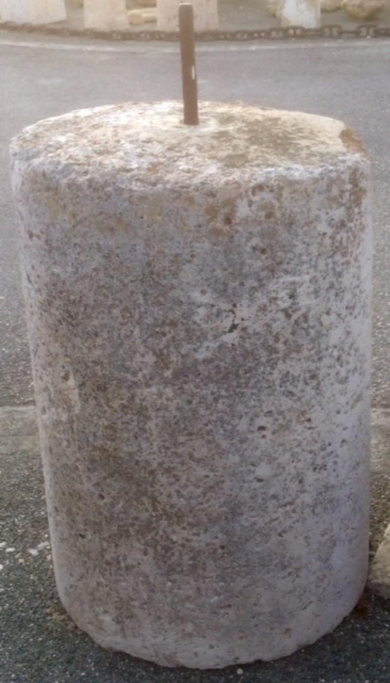 Rulo de piedra viva. Mide 62 cm de diámetro x 88 cm de alto.