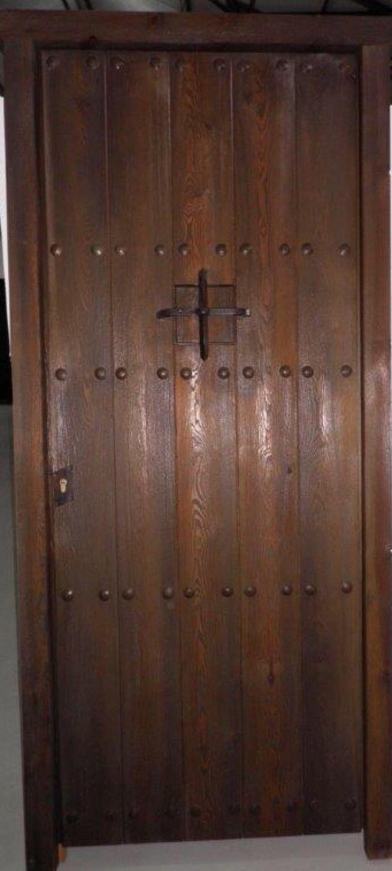 Puerta de madera pintada. Con ventano pequeño. Mide: 94x 2,10 cm