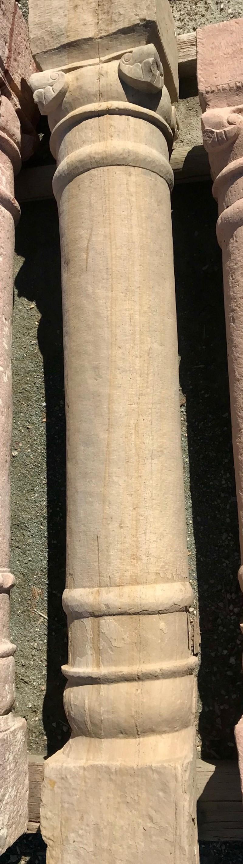 Columna de piedra antigua de una pieza. Mide 1,80 cm de alta.