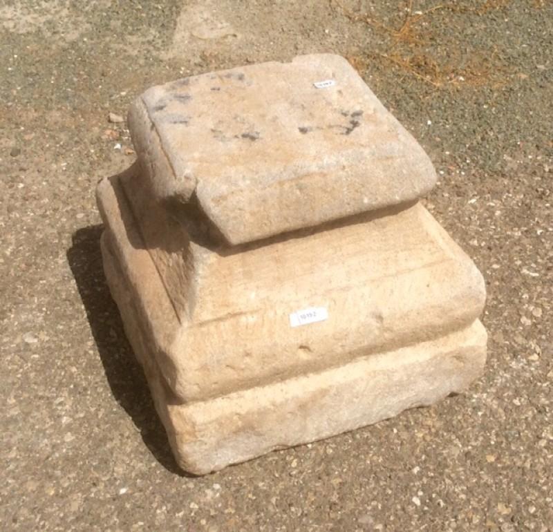 Base de piedra antigua. Mide 32x32x29 cm de alta.