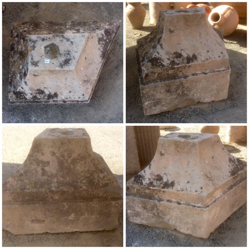 Base de piedra antigua de piedra arenisca, en forma de esquina. Mide 52 cm en la parte más ancha y 37 cm en la parte más estrecha x 39 cm de fondo.