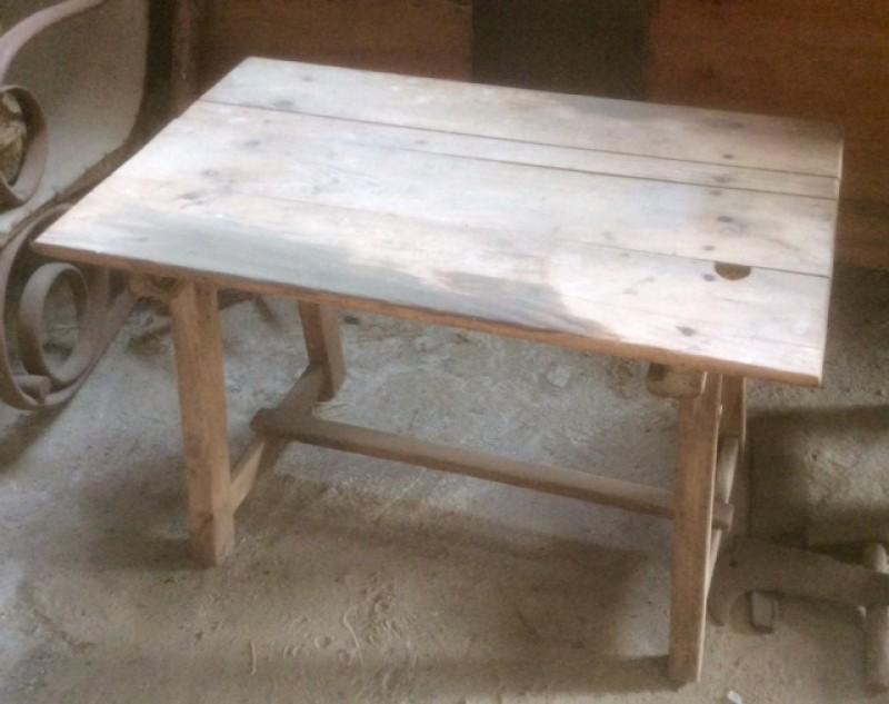 Mesa de madera pino. Mide 81 cm x 50 cm x 55 cm de alto