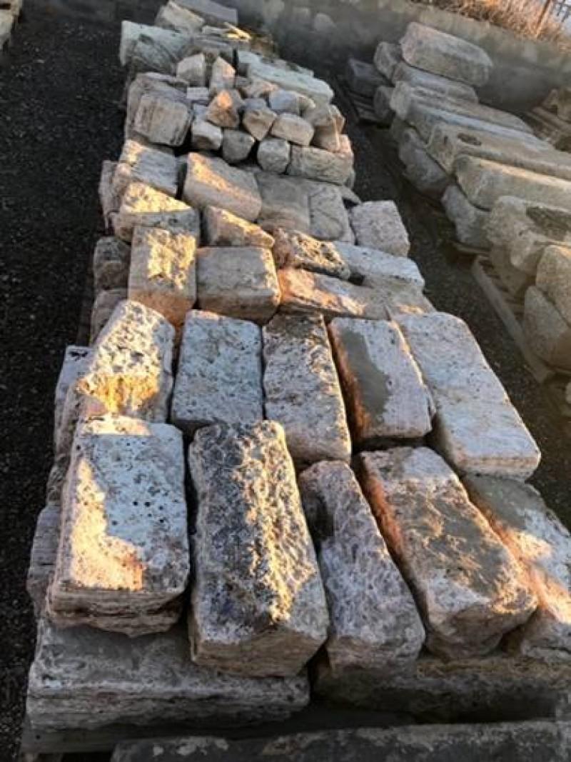 Bordillo de piedra natural antiguo. Mide 20 cm de ancho x 15/18 cm de alto. Hay 12 ml