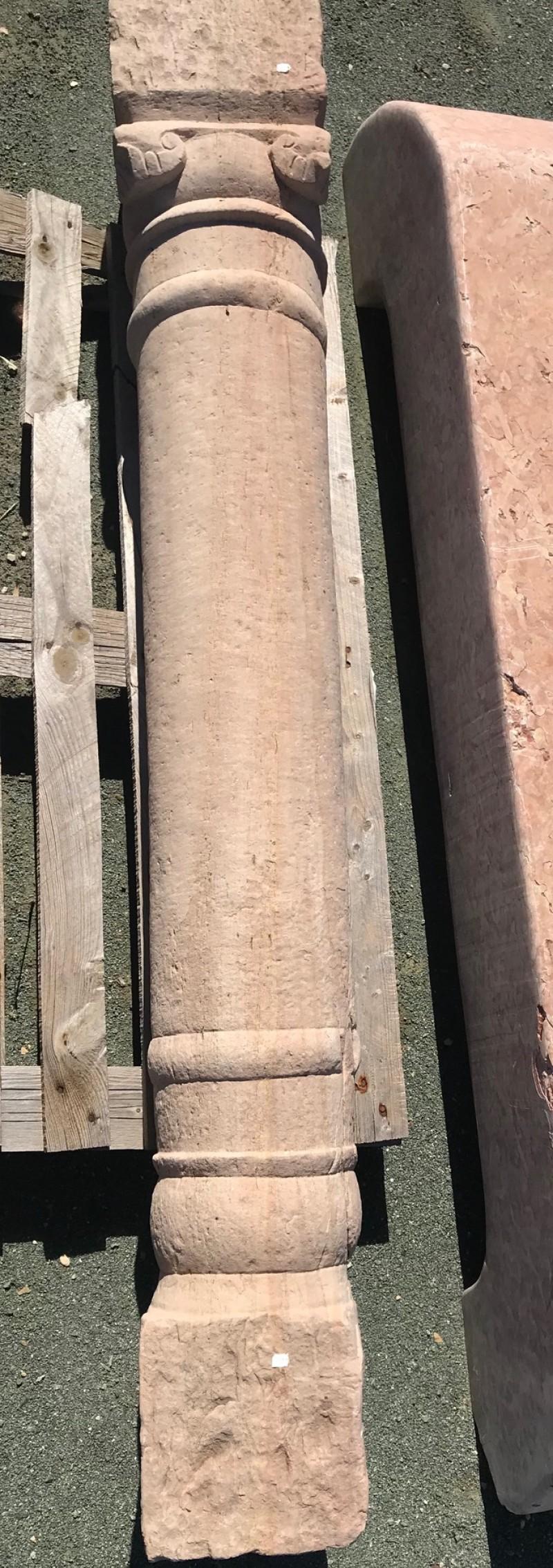 Columna de piedra antigua de una pieza. Mide 1,77 cm de alta.