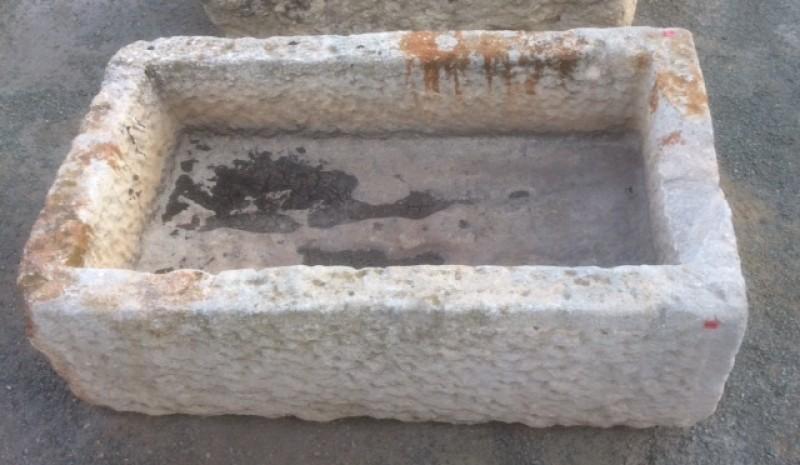 Pilón rectangular de piedra arenisca. Mide 87 cm x 48 cm x 26 cm de alto.
