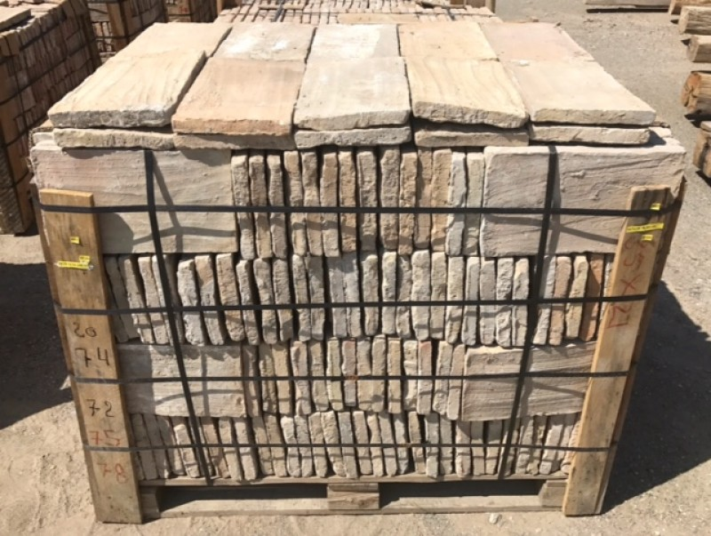 Ladrillo de suelo antiguo. Mide 35 cm x 21 cm x 2.5 cm. En stock hay 10 m2
