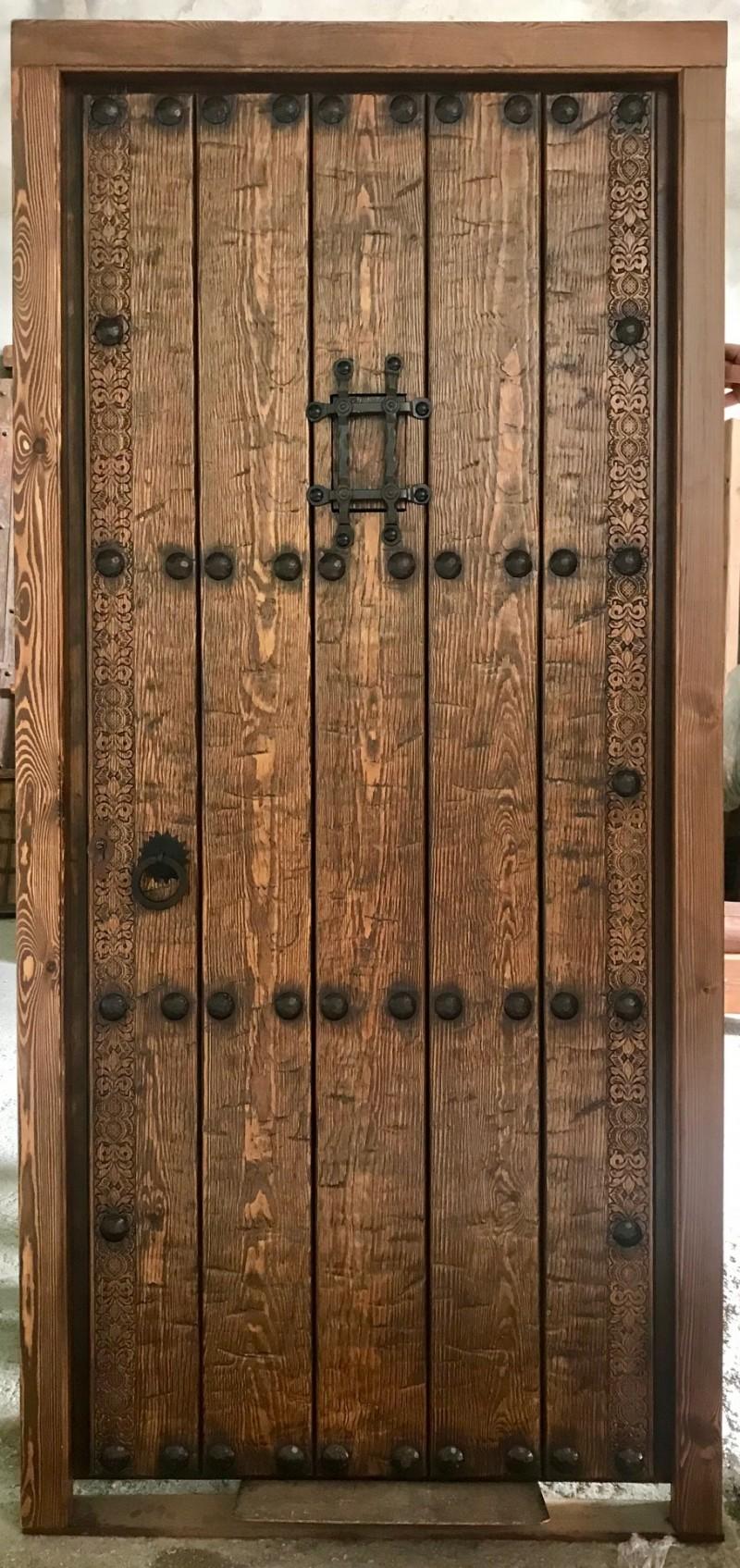 Medidas: 1.04 cm ancho x 2.16 cm alto. Con cerradura de seguridad, madera maciza de pino rojo. Apertura a derechas
