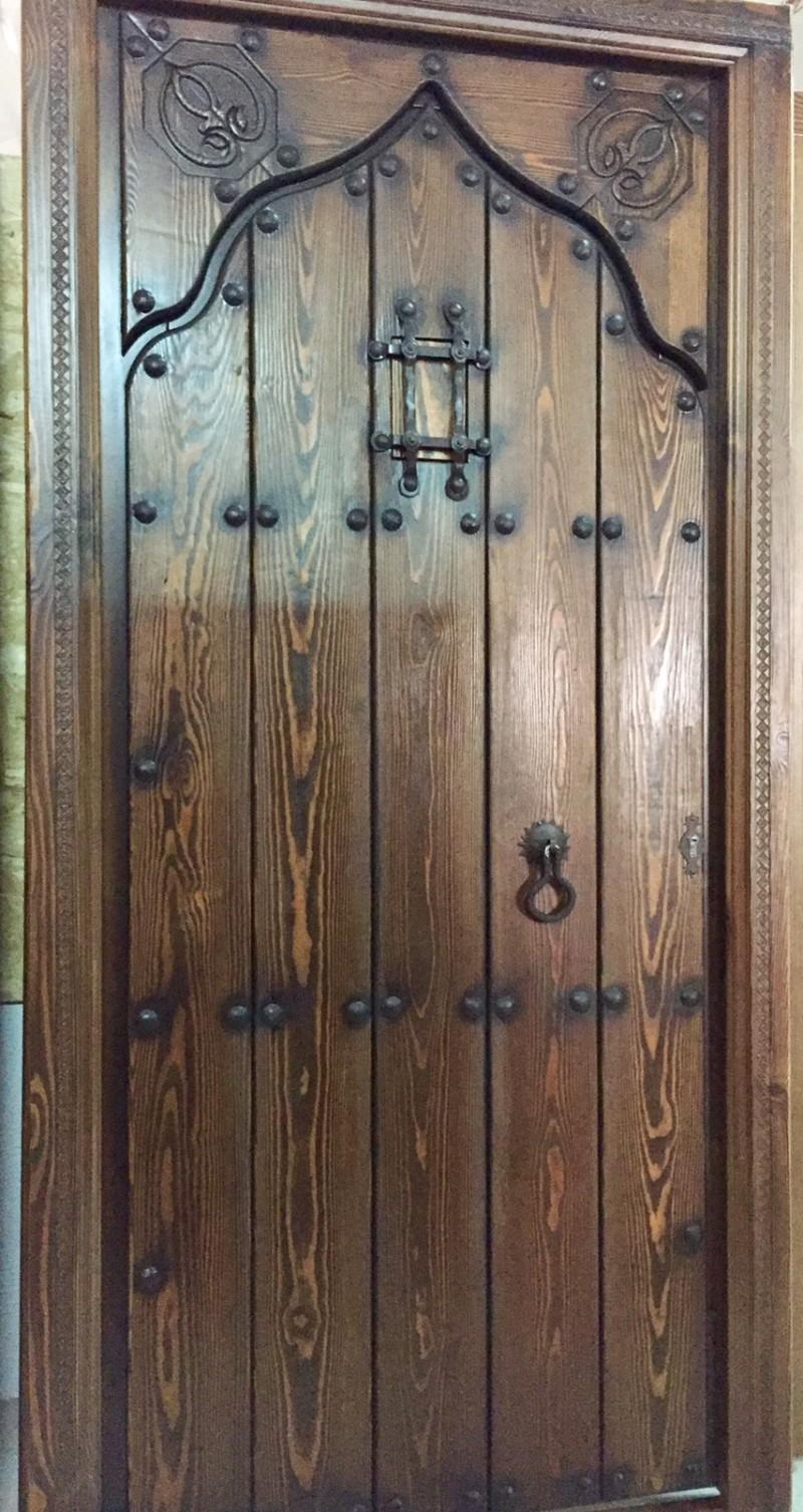 Puerta de una hoja apertura a derechas y a izquierdas tallada, mide 1.09 cm x 2.18 cm de alta