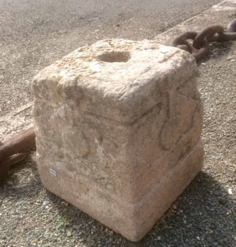 Base de piedra antigua. Mide 25x25x28 cm de alta.