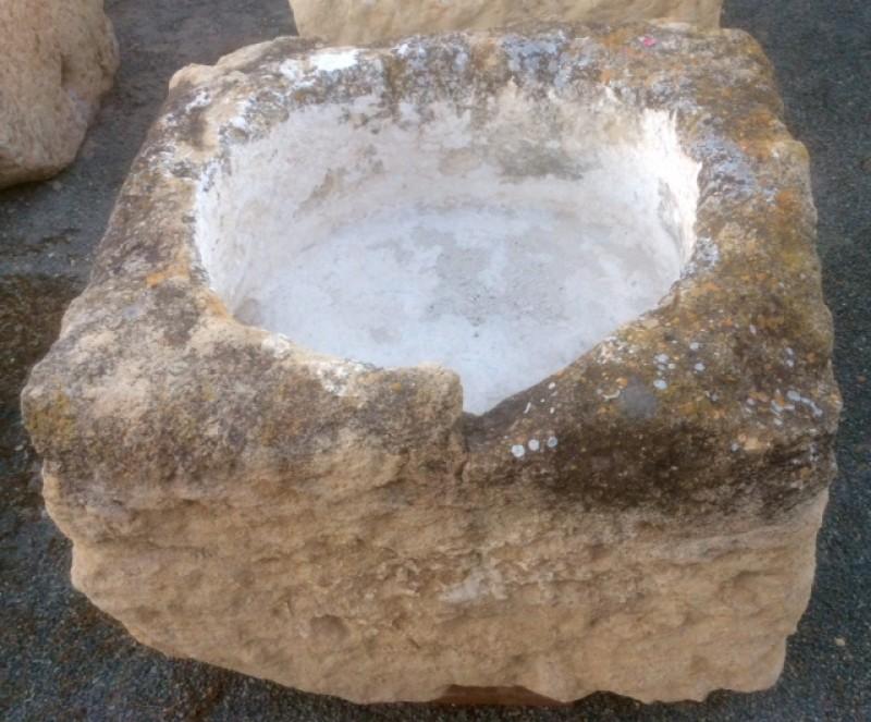 Pilón cuadrado de piedra arenisca. Mide 82 cm x 84 m x 47 cm de alto