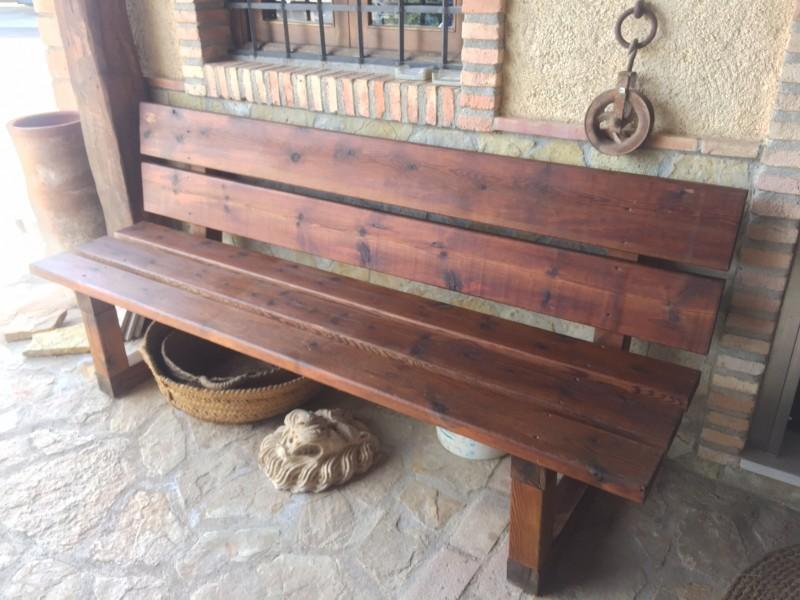 Banco de madera rústico, mide 2 mts de largo x 60 cm de ancho x 87 cm de alto.