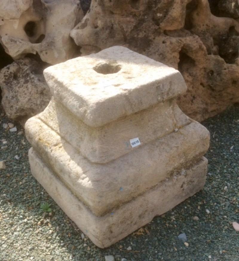 Base de piedra antigua. Mide 27x27x27 cm de alta.