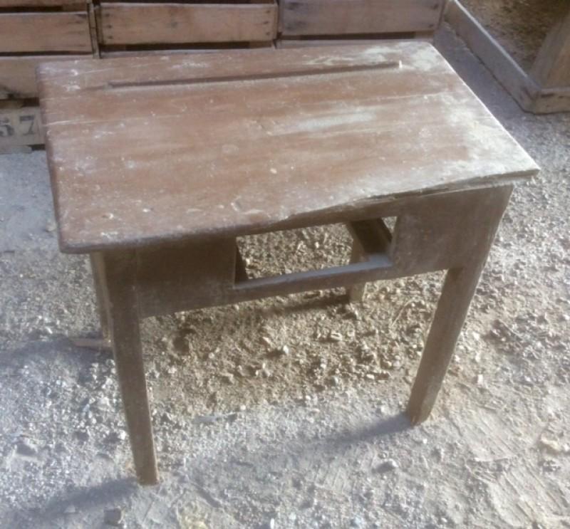 Mesa de madera pino pintada en marrón, sin cajón, pupitre antiguo. Mide 55 cm x 35 cm x 49 cm de alto