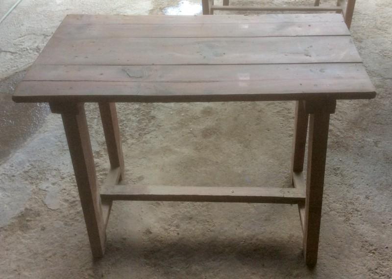 Mesa antigua de madera. Mide 1.10 cm x 53 cm x 69 cm de alta.