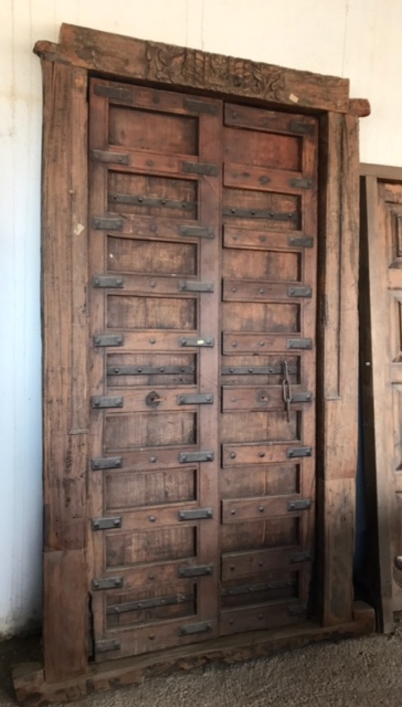 Puerta de madera antigua. Mide 2.35 cm de alta x 1.37 cm de ancha total.