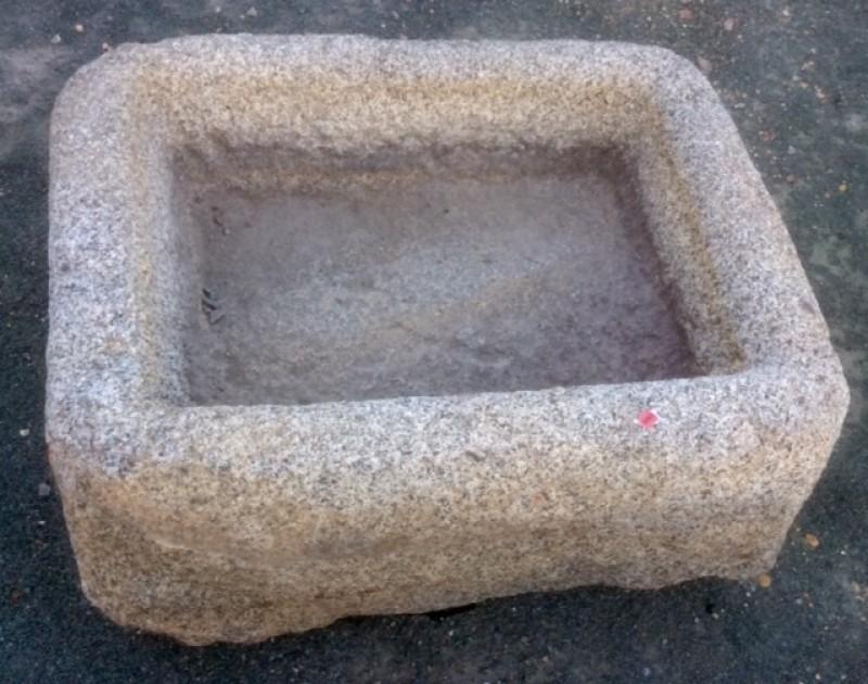 Pilón rectangular de granito. Mide 70 cm x 56 cm x 29 cm de alto.