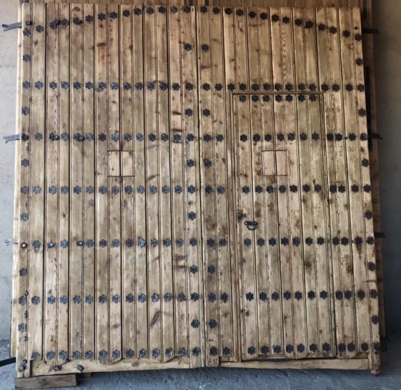 Portón de madera. Mide 2.76 cm de ancho x 2.88 cm de alto