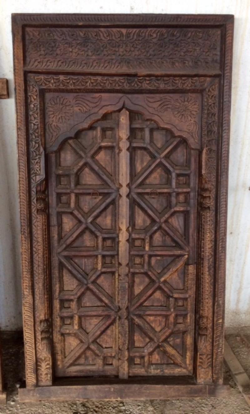 Ventana de madera tallada. Mide 77 cm x 1.44 cm de alto