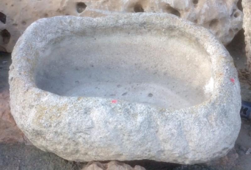 Pilón rectangular de piedra arenisca. Mide 90 cm x 70 cm x 22 cm de alto