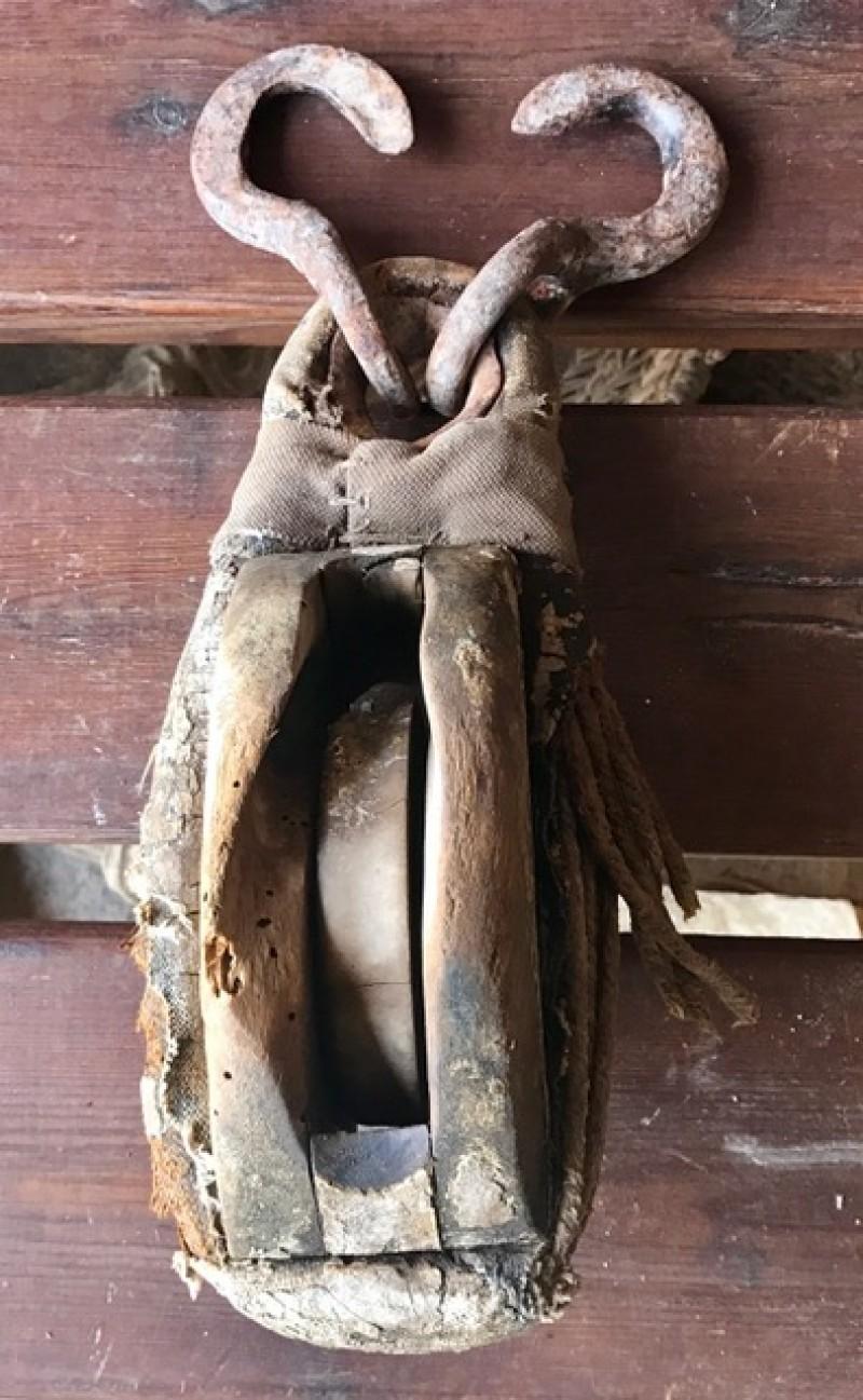 Garrucha de hierro con madera. Mide 15 cm x 8 cm x 37 cm de alto