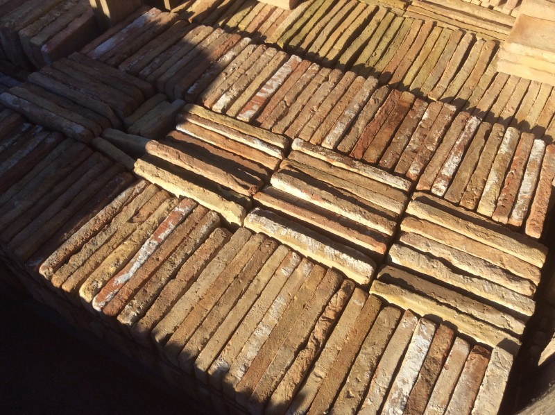 Ladrillo de suelo antiguo. Mide 27x14x3 cm. En stock hay 225 Uds = 8,51 m2