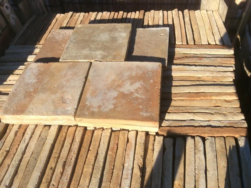 Ladrillo de suelo antiguo. Mide 27x27x2,5 cm. En stock hay 262 Uds = 19,10 m2