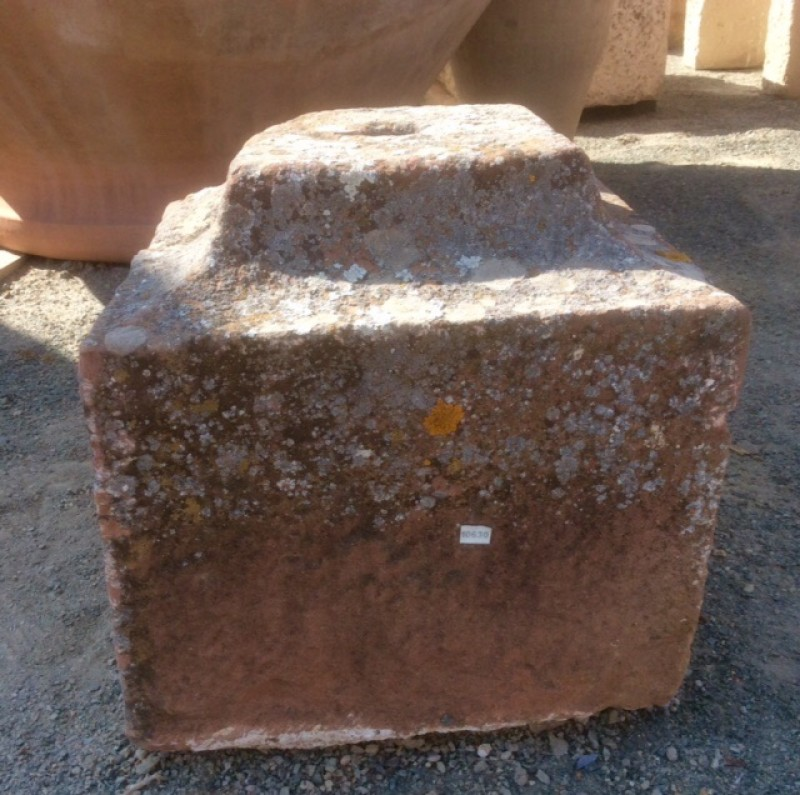 Base de piedra antigua color rojizo. Mide 35x35x37 cm de alta.