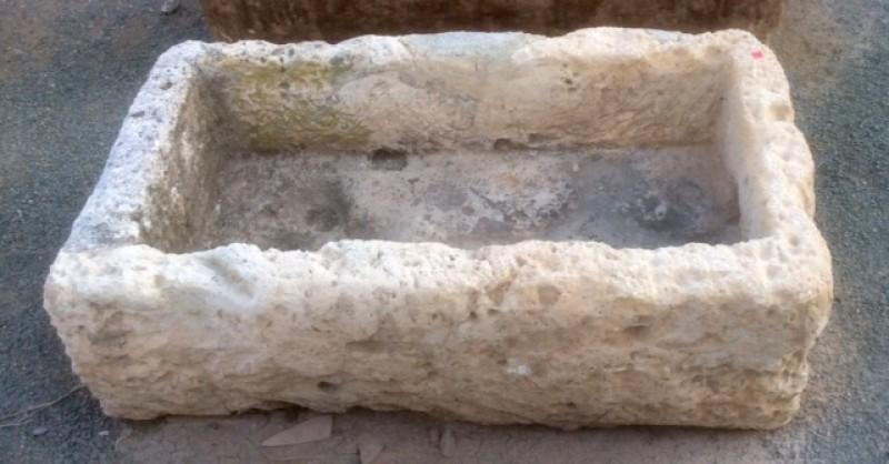 Pilón rectangular de piedra arenisca. Mide 88 cm x 50 cm x 25 cm de alto