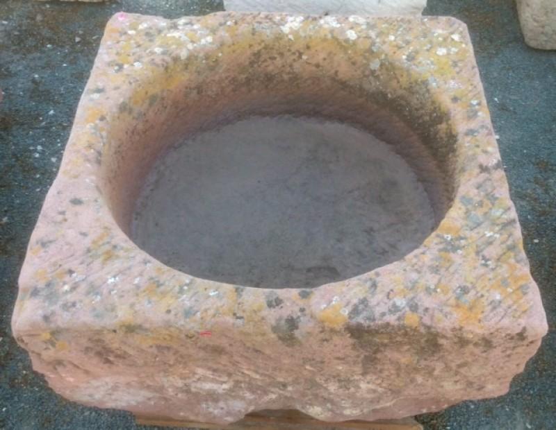 Pilón cuadrado de piedra rojiza mide 73 cm x 73 cm x 39 cm de alto.