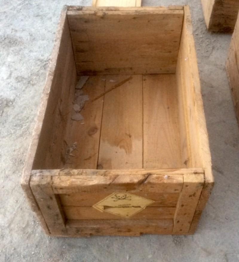 Cajón de madera. Mide 59 cm x 37 cm x 27 cm de alta.