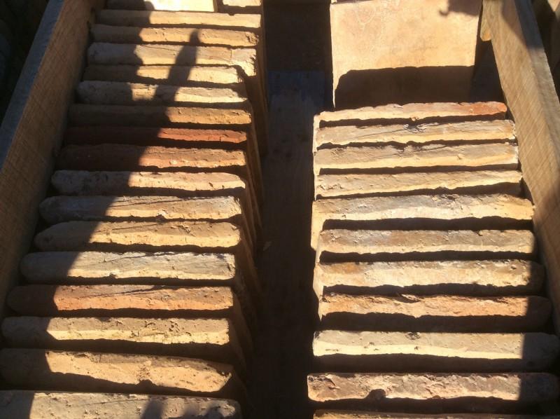 Losa de barro antigua. Mide 30x30x4 cm. En stock hay 43 Uds
