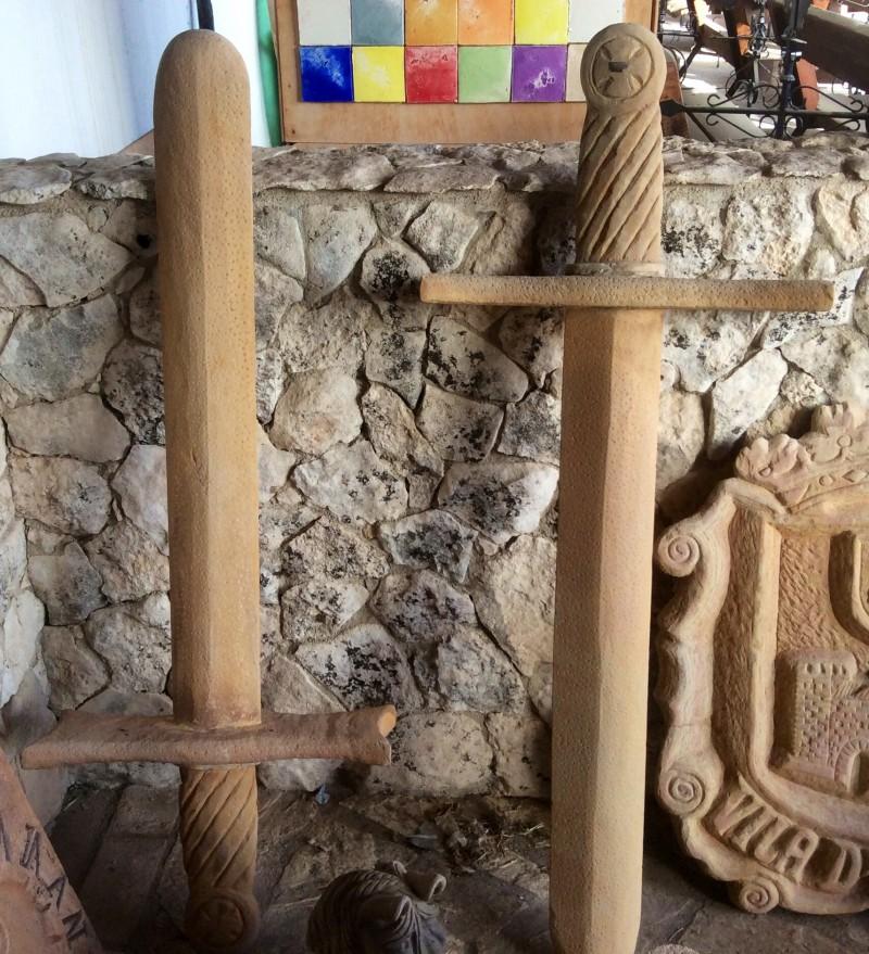 Pareja de Espadas de piedra natural. Miden 1,33 cm x 50 cm.