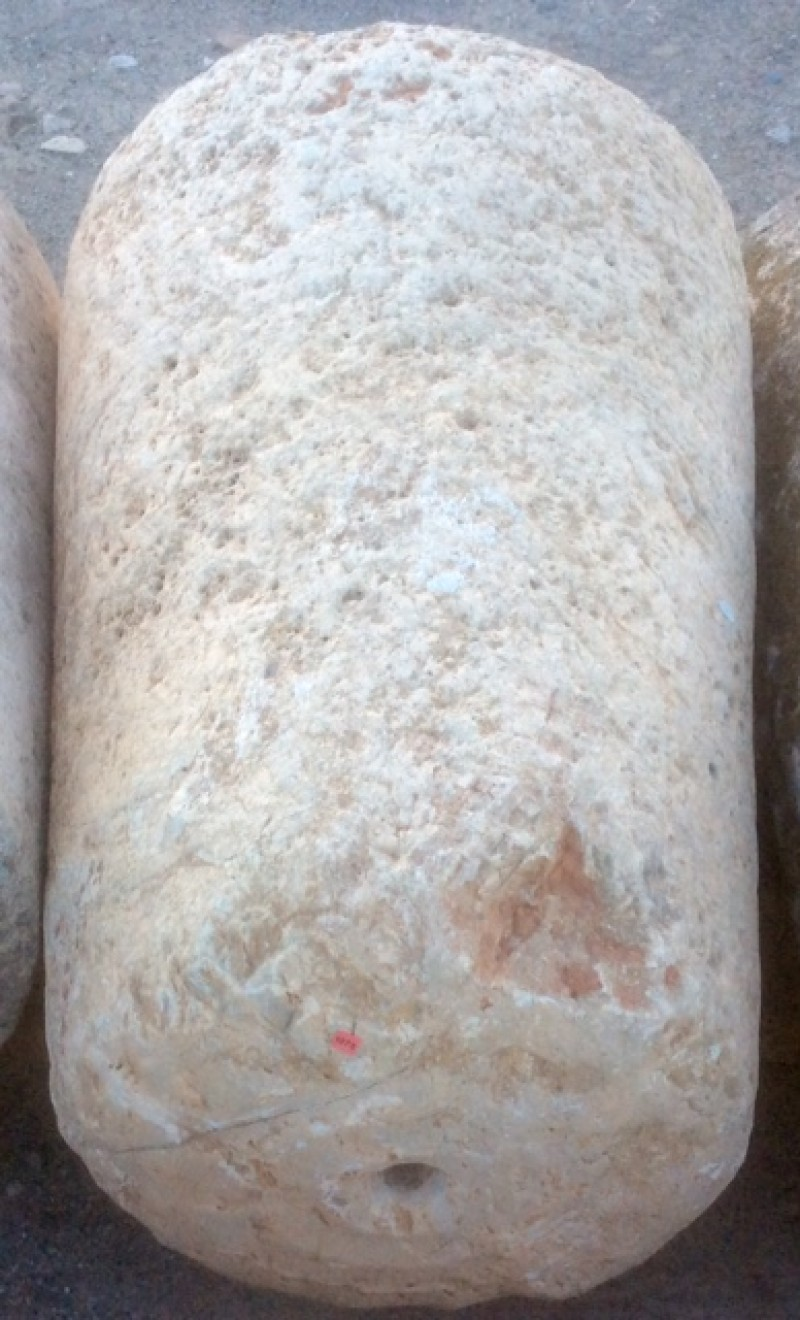 Rulo de piedra viva. Mide 63 cm de diámetro x 90 cm de alto.