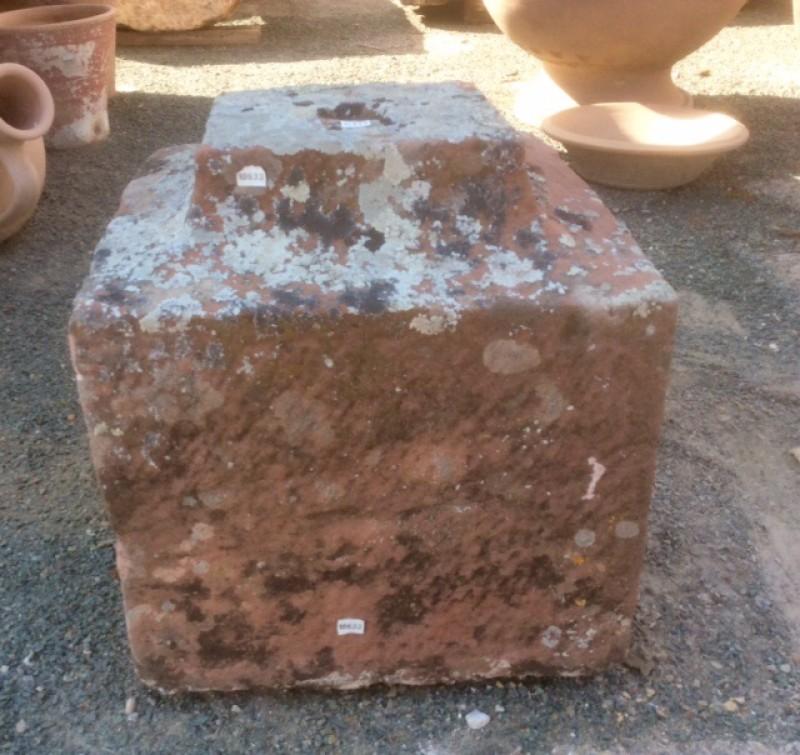 Base de piedra antigua color rojizo. Mide 35x35x38 cm de alta.
