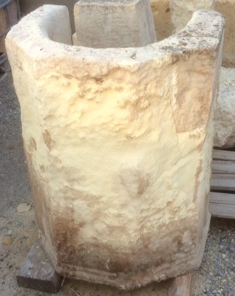 Pozo de piedra arenisca. Mide 69 cm x 48 cm x 88 cm de alto