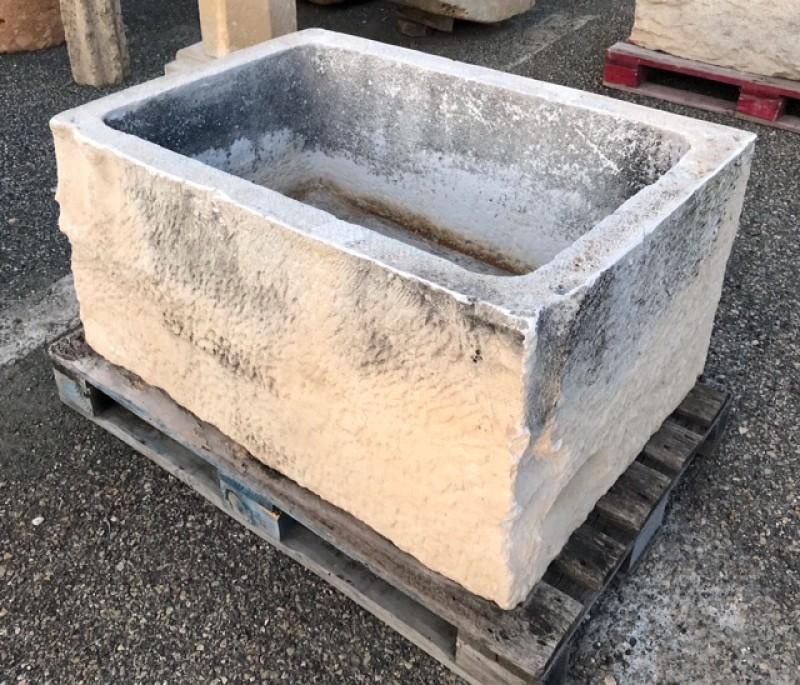 Pilón de piedra rectangular. Mide 1,04 mt x 73 cm x 51 cm de alto