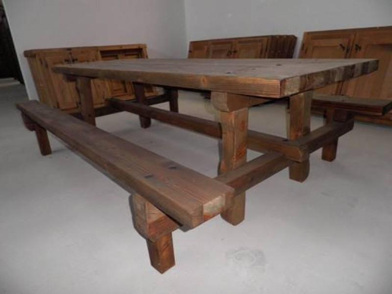 Mesa de madera antigua con bancos integrados. La mesa mide 2.78 cm de larga x 96 cm de ancha y con los bancos 1.85 cm de ancho.