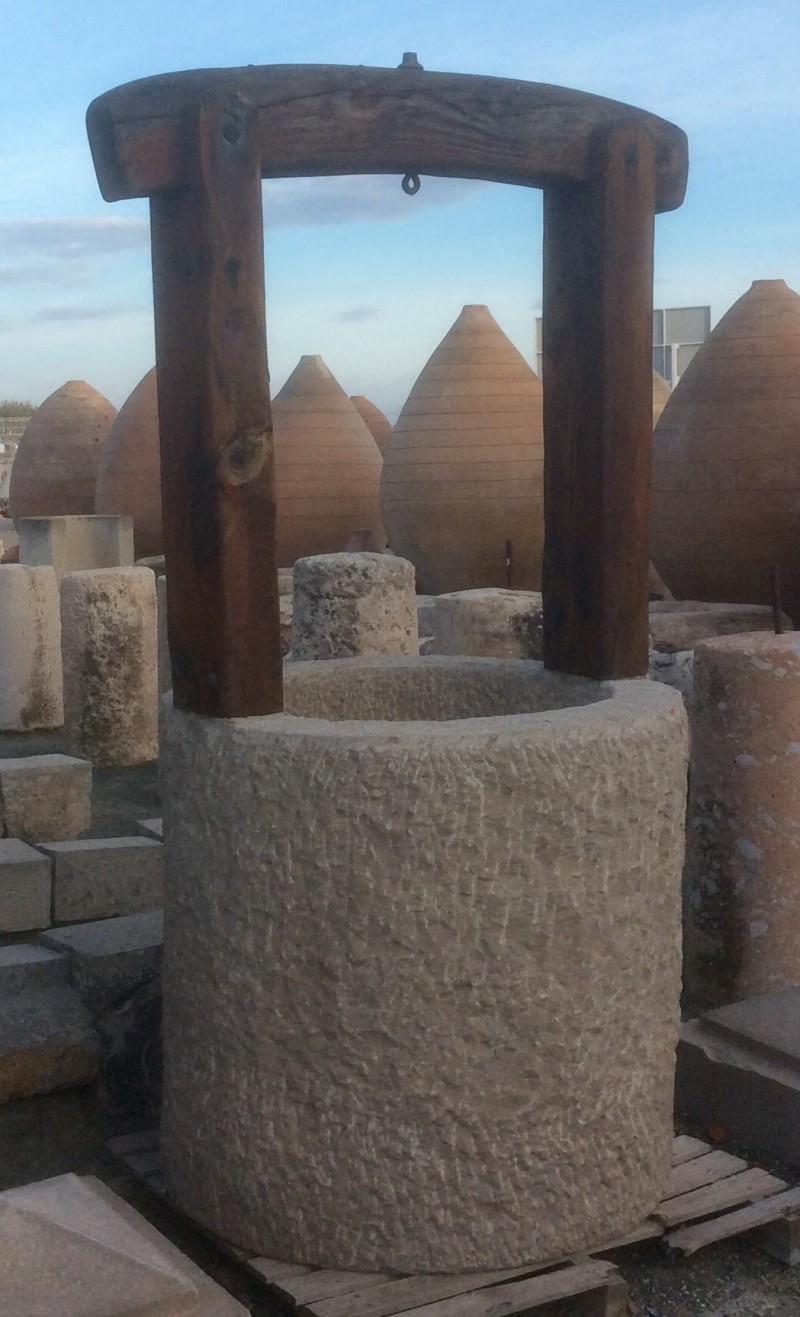 Pozo de piedra caliza. Mide 1 mt de diámetro exterior x 70 cm de diámetro interior x 2.10 cm de alto total.
