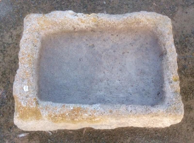 Pila de piedra viva. Mide 57 cm x 42 cm x 16 cm de alto