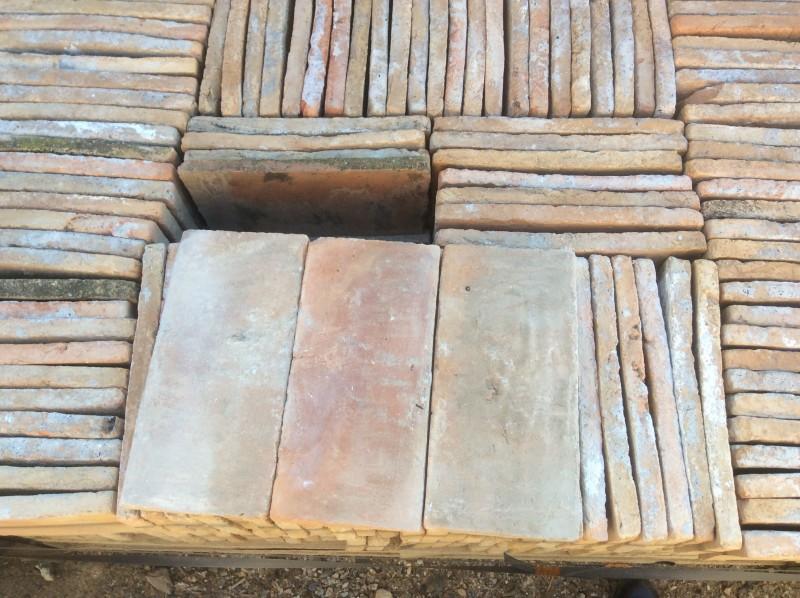 Ladrillo de suelo antiguo. Mide 30x14x25 cm. En stock hay 242 Uds = 10,16 m2