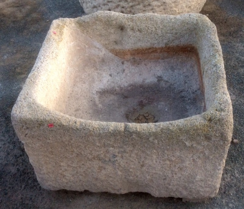 Pilón rectangular de piedra arenisca. Mide 70 cm x 65 cm x 45 cm de alto