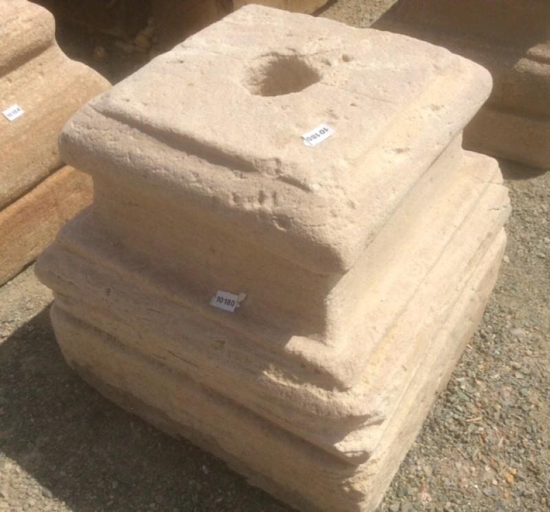 Base de piedra antigua. Mide 30x30x30 cm de alta.