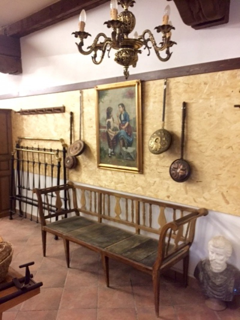 Banco de madera antiguo. Mide 2.03 cm de largo x 57 cm de fondo x 84 cm de alto.