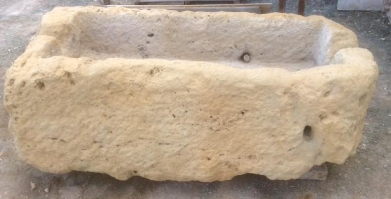 Pilón rectangular de piedra arenisca. Mide 1.65 cm x 80 cm x 50 cm de alto